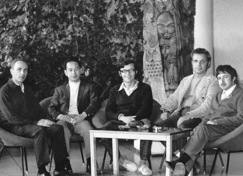 В.Е.Котов (в центре) и А.С.Нариньяни (справа) принимают гостей в зимнем саду Дома ученых